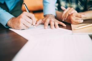 署名と押印をする